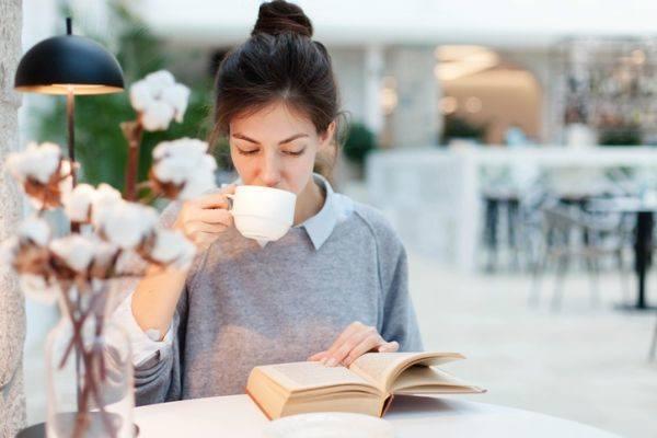 libros-defreds-mujer-taza-libro-istock