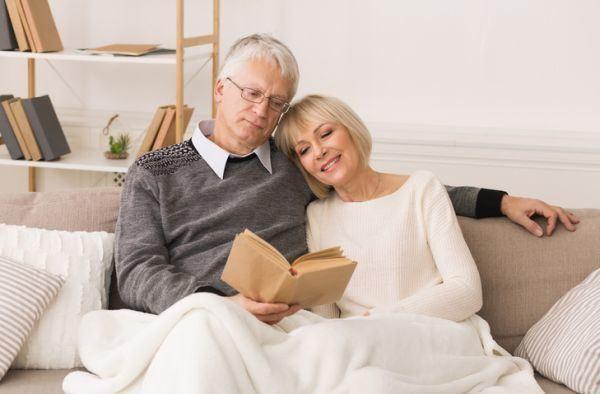 mejores-libros-cuarentena-pareja-lee-istock