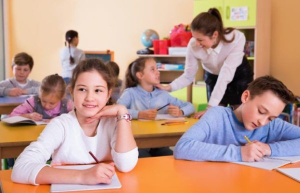 categorias-gramaticales-primaria-ninos-colegio-estudian-istock