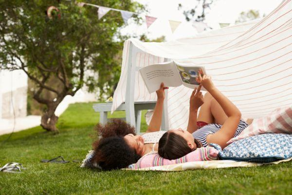 libros-recomendados-para-quinto-y-sexto-de-primaria-nina-leyendo-bajo-carpa-istock