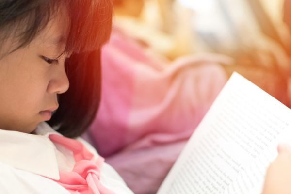 Poemas cortos para ninos nina asiatica leyendo