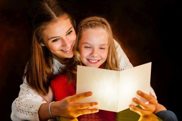 Poemas cortos para ninos niña leyendo con mama