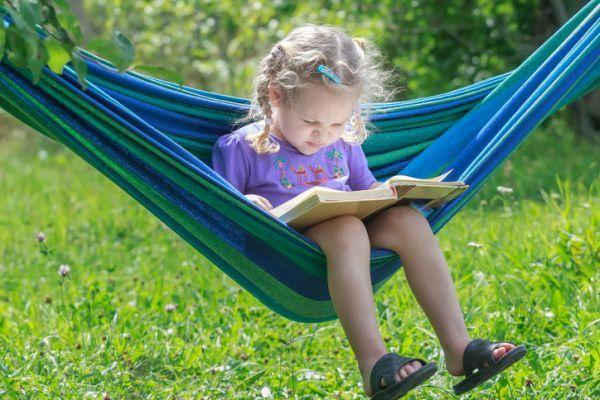 Poemas cortos para ninos nina leyendo en hamaca