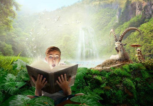 Niño leyendo en la selva