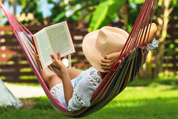 Generos literarios neoclasicos caracteristicas mujer leyendo en hamaca