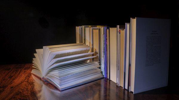 Libro abierto entre libro