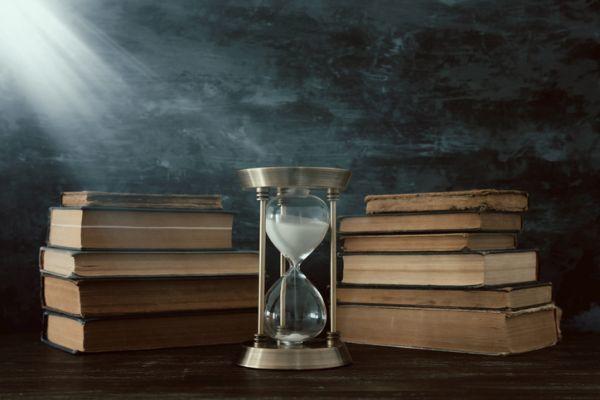Reloj de arena y libro