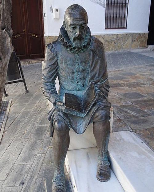 Estatua de Cervantes leyendo