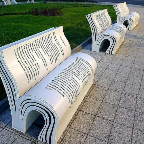 Bancos en forma de libros