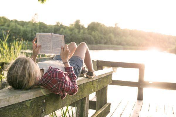 el-principe-de-la-niebla-resumen-ninos-leyendo-istock