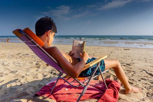 el-principe-de-la-niebla-resumen-nino-leyendo-playa-istock