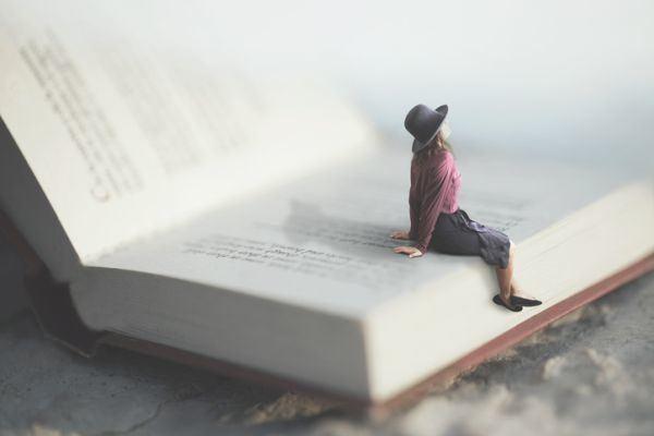 lagrimas-de-shiva-resumen-mujer-fantasia-libro-gigante-istock
