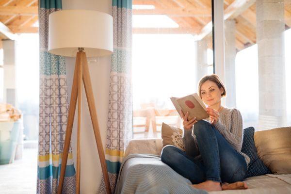 mejores-libros-cuarentena-mujer-lampara-patas-de-madera-lee-istock