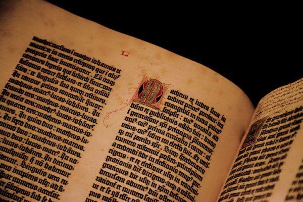 literatura-siglo-xv-horas-istock